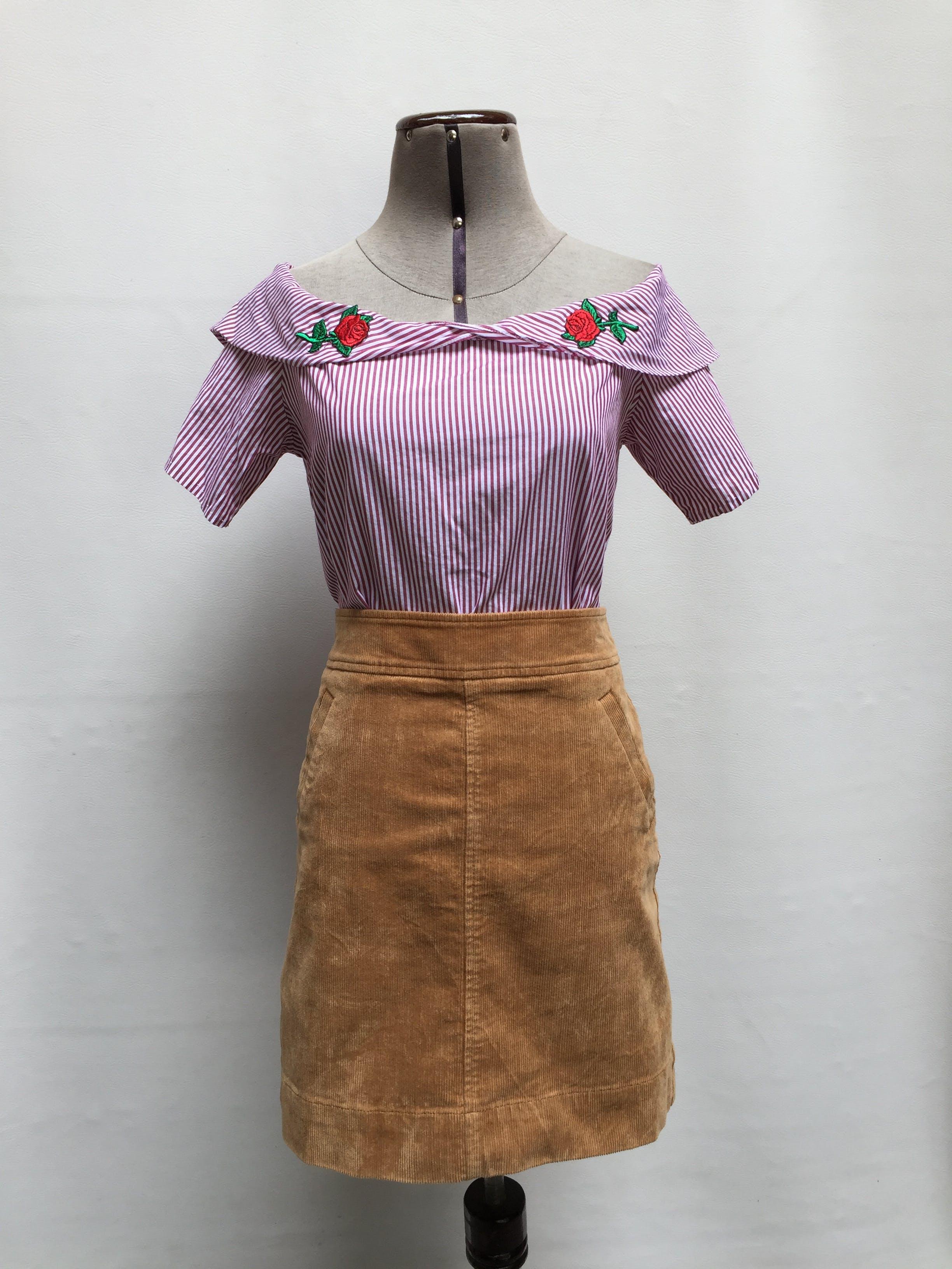 Blusa Moda & Cia a rayas guindas y blancas, cuello bote con volante y aplicaciones de flores Talla XS/S (1)